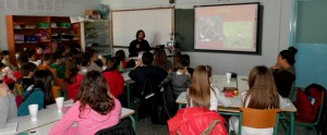 ο επ. συνεργάτης της ΚΟΜΑΘ, Α. Γκάσιος, Δασολόγος-Περιβαλλοντολόγος ενημερώνει τους μικρούς μαθητές