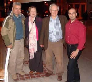 Από δεξιά: Ο επ. συνεργάτης της ΚΟΜΑΘ Χ. Σώκος, ο Richard Carden με τη σύζυγό του και Αντιπρόεδρος της ΚΟΜΑΘ κ. Α. Γιαπουτζής